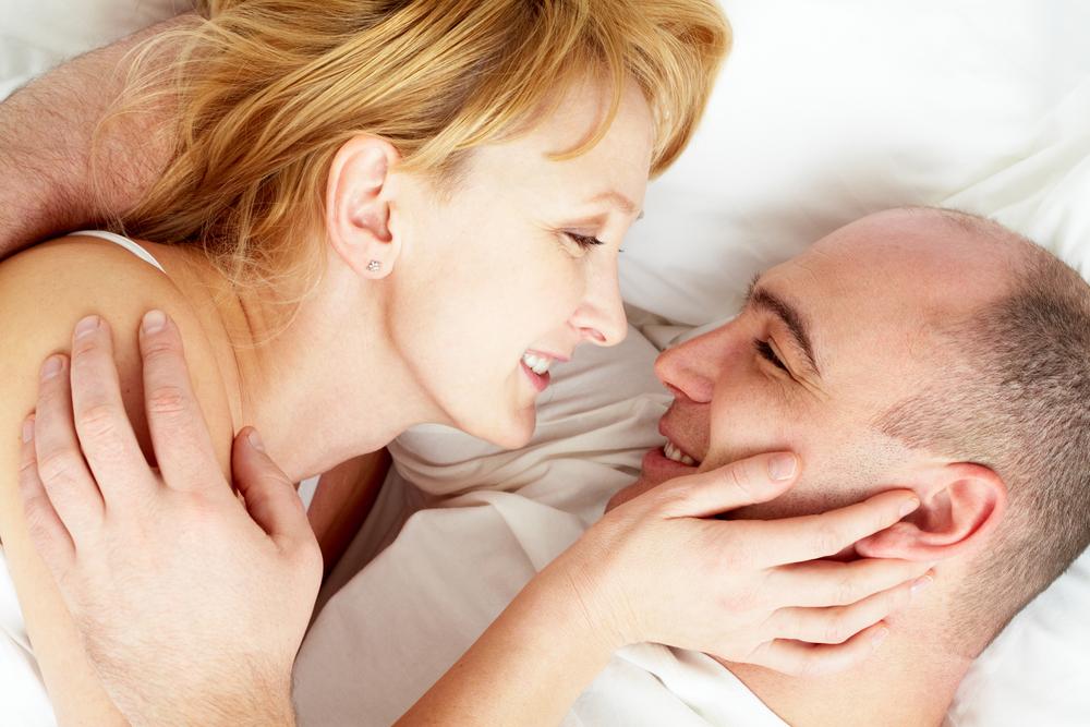 Photo-happy-older-couple-in-bed-mediun